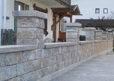 Hausmauer aus Natursteinen